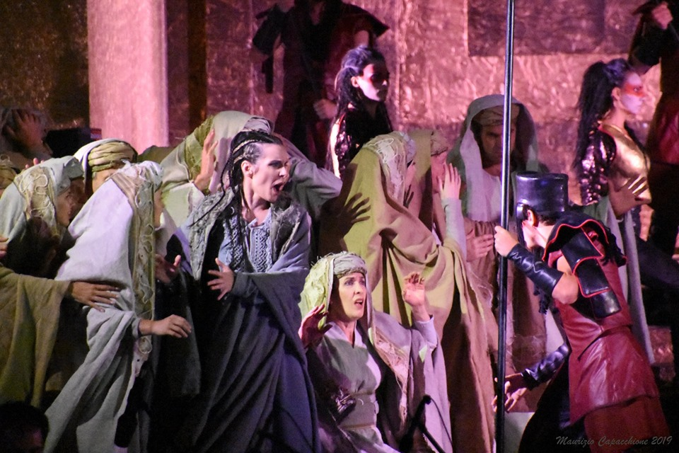 Valentina Čuden as Anna with the operatic chorus of the Maribor opera house