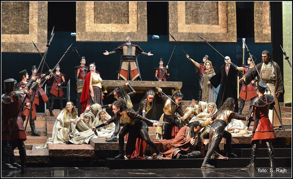 Nabucco (Gennadiy Vashchenko) and Abigaille display their power in the Act I finale. Also in the picture are Irena Petkova as Fenena and Miro Solman as Ismaele as well as the opera chorus and extras of the Maribor opera house