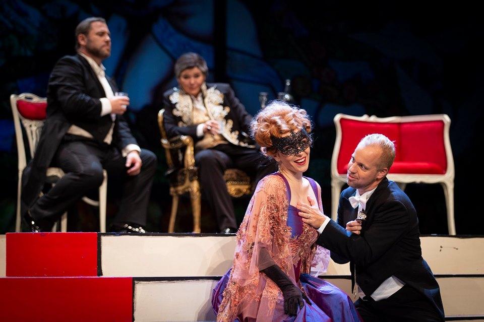 Rosalinde (Valentina Čuden) lets Eisenstein (Martin Sušnik) count her heart beat during their watch duet